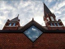 Iglesia con las nubes en el fondo Fotos de archivo