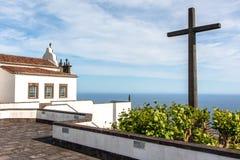 Iglesia con una cruz grande fotografía de archivo libre de regalías