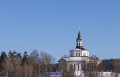 Iglesia contra un azul Fotos de archivo