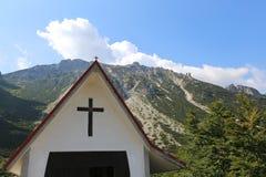 Iglesia cristiana con el símbolo de la cruz Foto de archivo libre de regalías