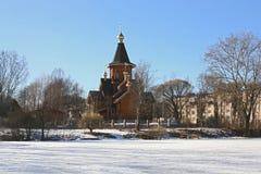 Iglesia cristiana de madera en pequeña ciudad cerca del lago Foto de archivo libre de regalías