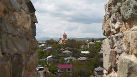 Iglesia cristiana en Georgia Visión a través de las paredes de la fortaleza almacen de metraje de vídeo