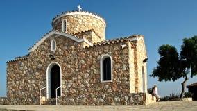 Iglesia cristiana en la vista delantera de la colina chipre metrajes