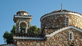 Iglesia cristiana en la vista delantera de la colina chipre almacen de video