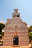 Iglesia ortodoxa mediterránea en la ciudad vieja Budva, Montenegro fotografía de archivo