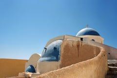 Iglesia cristiana ortodoxa tradicional griega en la isla de Santorini Foto de archivo libre de regalías