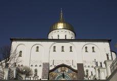 Iglesia cristiana y bóvedas de oro Imágenes de archivo libres de regalías