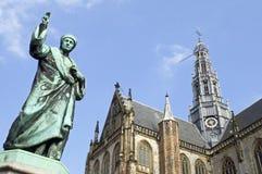 Iglesia de Bavo del santo, prensa del inventor de la estatua, Haarlem Imagen de archivo