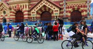 Iglesia de Bogot? de Las Nieves y calle de mercado metrajes