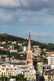 Iglesia de Brown entre los edificios coloridos de Martinica Fotos de archivo libres de regalías