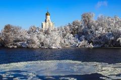 Iglesia de Christian Orthodox en el río de Dnieper, cubierto con hielo y nieve Paisaje del invierno de Dnepropetrovsk, Ucrania imágenes de archivo libres de regalías