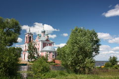 Iglesia de cuarenta mártires en el río Trubezh. Fotografía de archivo libre de regalías