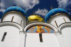 Iglesia de Dormition Trinidad Sergius Lavra Opinión de ángulo bajo Imagen de archivo libre de regalías