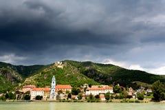 Iglesia de Durnstein El río Danubio en el valle de Wachau Imagen de archivo libre de regalías