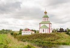 Iglesia de Elías el profeta en la montaña de Ivanova antes de la tormenta en Suzdal Imagen de archivo libre de regalías
