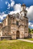 Iglesia de guadalcazar, México con una aguja fotos de archivo