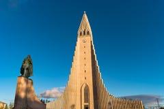Iglesia de Hallgrimskirkja en de Reykjavik la ciudad abajo Imágenes de archivo libres de regalías