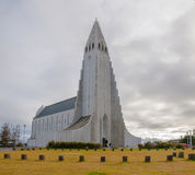 Iglesia de Hallgrimskirkja, Reykjavik, Islandia, con la estatua de Lief Erikson imagen de archivo libre de regalías
