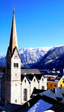 Iglesia de Hallstatt con Mountain View fotos de archivo