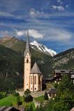 Iglesia de Heiligenblut delante del pico de Grossglockner Imágenes de archivo libres de regalías