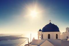 Iglesia de Imerovigli en luz del sol completa Imagen de archivo libre de regalías