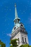 Iglesia de la aguja con los globos en el cielo Fotografía de archivo