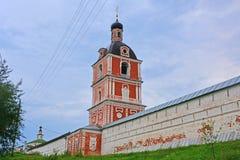 Iglesia de la epifanía con el belltower en el monasterio de Goritsky de Dormition en Pereslavl-Zalessky, Rusia Imágenes de archivo libres de regalías