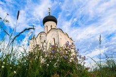 Iglesia de la intercesión de la Virgen Santa en el río de Nerl en el día de verano brillante Fotografía de archivo libre de regalías