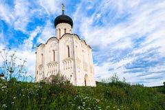 Iglesia de la intercesión de la Virgen Santa en el río de Nerl en el día de verano brillante Foto de archivo