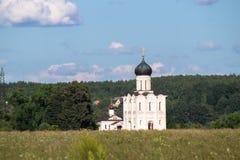 Iglesia de la intercesión de la Virgen Santa en el río de Nerl en el día de verano brillante Imagenes de archivo