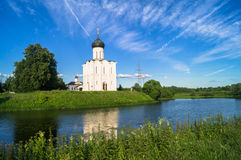 Iglesia de la intercesión de la Virgen Santa en el río de Nerl en el día de verano brillante Imagen de archivo