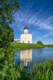 Iglesia de la intercesión de la Virgen Santa en el río de Nerl en el día de verano brillante Fotos de archivo