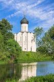 Iglesia de la intercesión de la Virgen Santa en el río de Nerl en el día de verano brillante Fotografía de archivo
