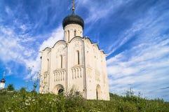Iglesia de la intercesión de la Virgen Santa en el río de Nerl en el día de verano brillante Imágenes de archivo libres de regalías