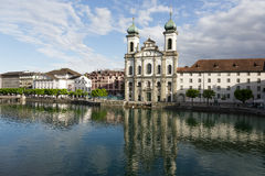 Iglesia de la jesuita abajo por el río Reuss Foto de archivo libre de regalías