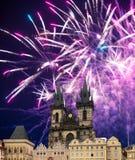 Iglesia de la madre de dios delante de Tyn en los fuegos artificiales viejos de la plaza y del día de fiesta, Praga, República Ch Fotos de archivo