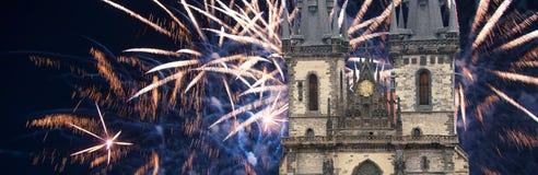 Iglesia de la madre de dios delante de Tyn en los fuegos artificiales viejos de la plaza y del día de fiesta, Praga, República Ch Fotografía de archivo libre de regalías