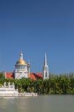 Iglesia de la orilla del lago Fotos de archivo libres de regalías