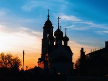 Iglesia de la ortodoxia durante puesta del sol fotografía de archivo