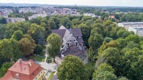 Iglesia de la paz en Åšwidnica, la iglesia de madera más grande de Europa, la UNESCO, Polonia, 08 2017, visión aérea foto de archivo