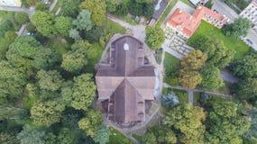 Iglesia de la paz en Åšwidnica, la iglesia de madera más grande de Europa, la UNESCO, Polonia, 08 2017, visión aérea fotografía de archivo