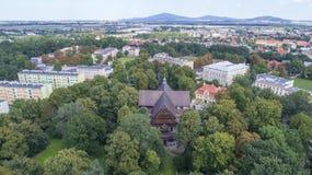 Iglesia de la paz en Åšwidnica, la iglesia de madera más grande de Europa, la UNESCO, Polonia, 08 2017, visión aérea fotografía de archivo libre de regalías