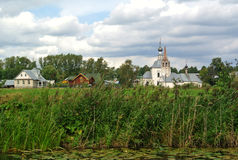 Iglesia de la pena de Elijah Prophet Ivanova en Suzdal, en la curva del río de Kamenka, enfrente de Suzdal el Kremlin Líneas en l Foto de archivo