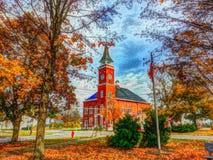 Iglesia de la pequeña ciudad en la caída Fotos de archivo