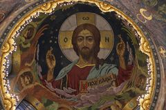 Iglesia de la sangre en Sankt Petersburgo desde adentro el día de fiesta en verano foto de archivo