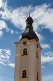 Iglesia de la torre de St Nicholas Dobrany con el cielo azul Imágenes de archivo libres de regalías