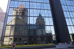 Iglesia de la trinidad que refleja en la torre de John Hancock en el cuadrado Boston de Copley Imágenes de archivo libres de regalías