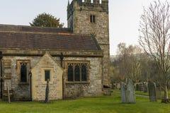 Iglesia de la trinidad santa Ashford en el agua fotografía de archivo