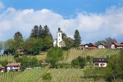 Iglesia de la trinidad santa en la colina en Lendavske Gorice, Eslovenia imagen de archivo libre de regalías