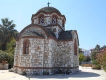 Iglesia de la vista lateral de Agios Nikolaos y de Agia Anastasia en el puerto pesquero de Olympiada, Halkidiki imagenes de archivo